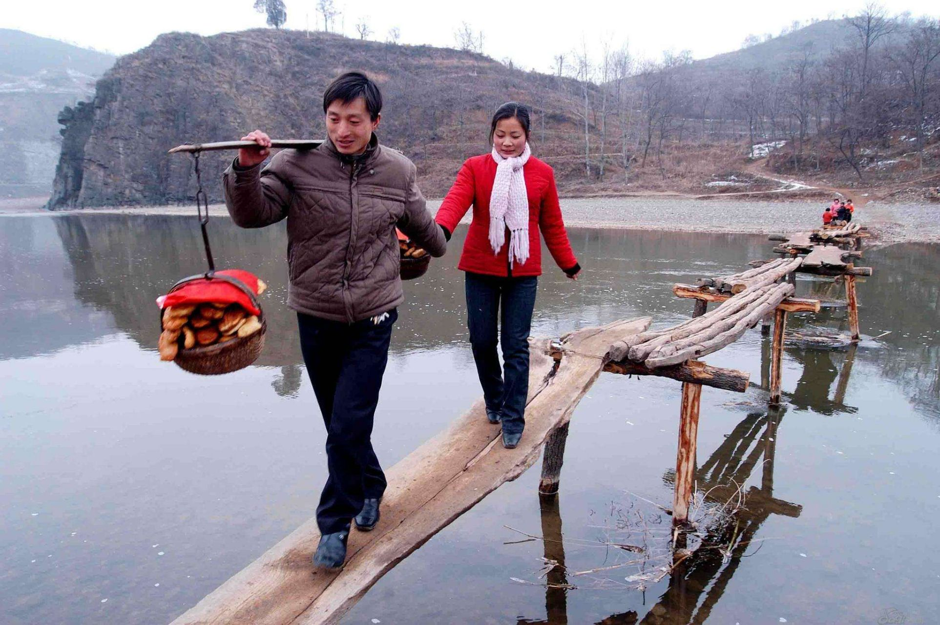 农村春节走亲戚像完成任务,放下礼物就走饭都不吃,没年味了
