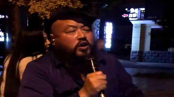 大叔夜晚在街边翻唱《水中月亮》,唱的不是一般的好听,太棒了!