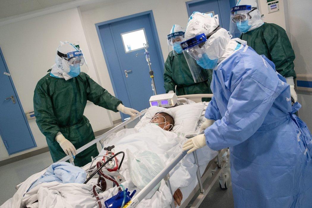 上周,医护人员在中国的新冠病毒暴发中心武汉转移一名新冠病毒感染者。