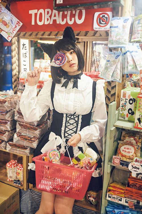 Enako最新Cosplay在昭和复古粗点心店变身为小猫