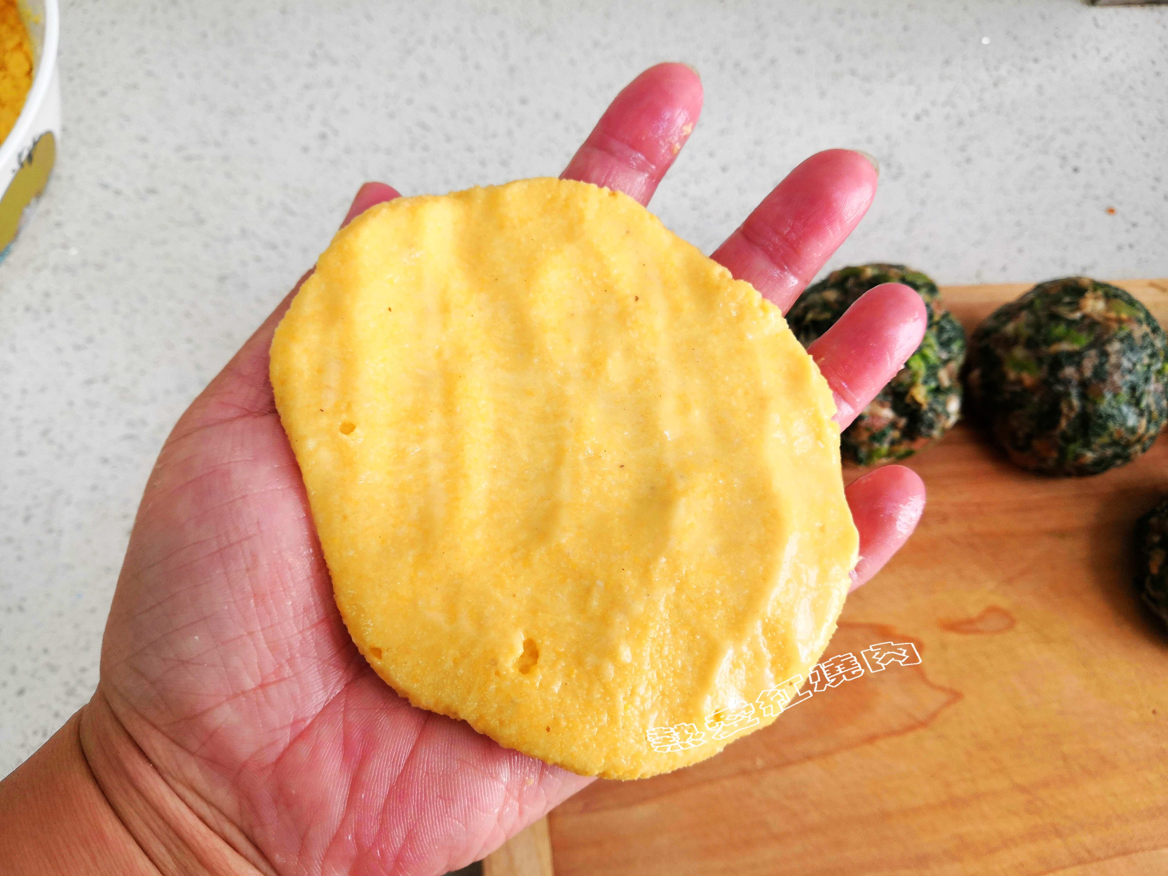 一点白面也不掺,这才是真正的玉米面贴饼子,外壳焦脆太好吃了!