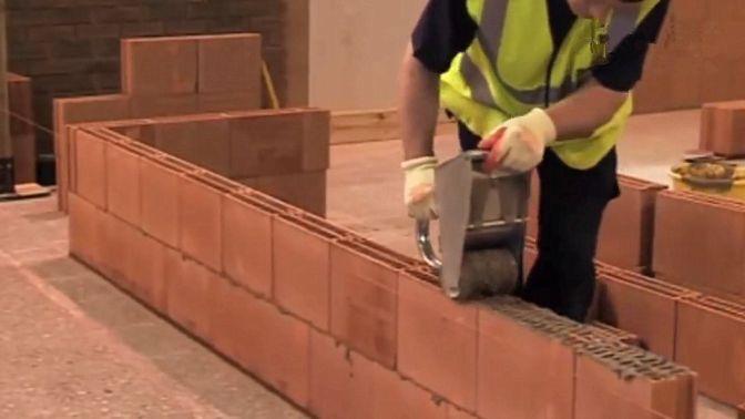 国外建筑工人用砌砖器砌墙,如果和中国民间老师傅比速度,谁能赢