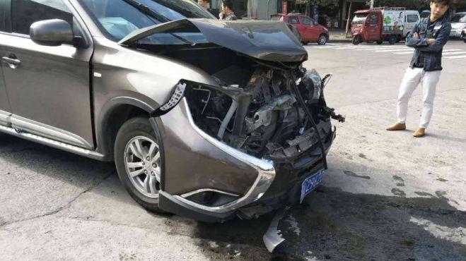 江西一超载小客车发生事故致7死