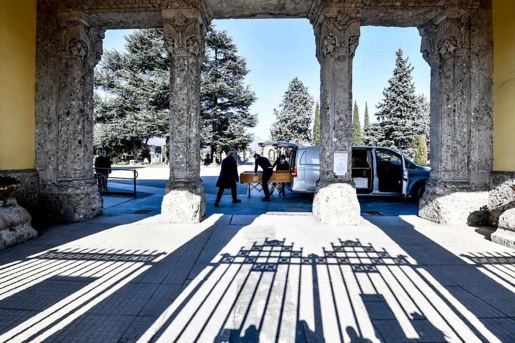 周一,殡仪馆工作人员在意大利贝加莫的一处墓地。