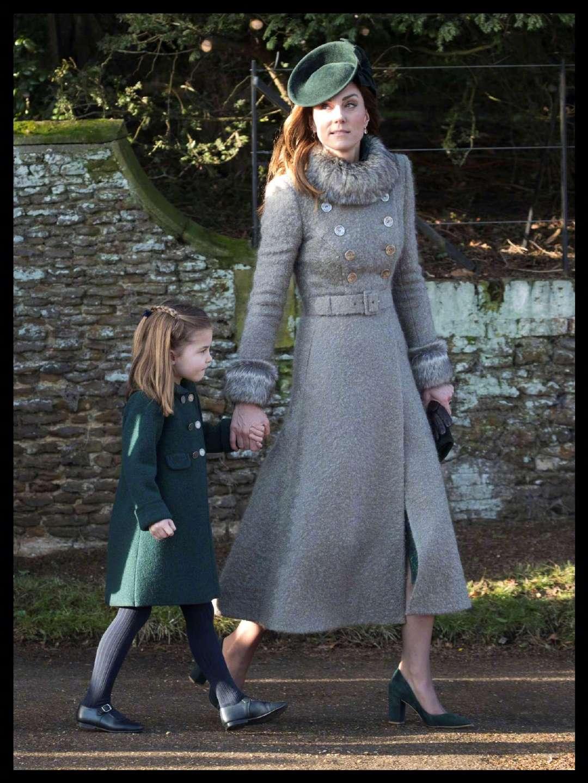 戴安娜曾经多幸福,带俩儿子参加圣诞活动,威廉气场十足哈里好乖
