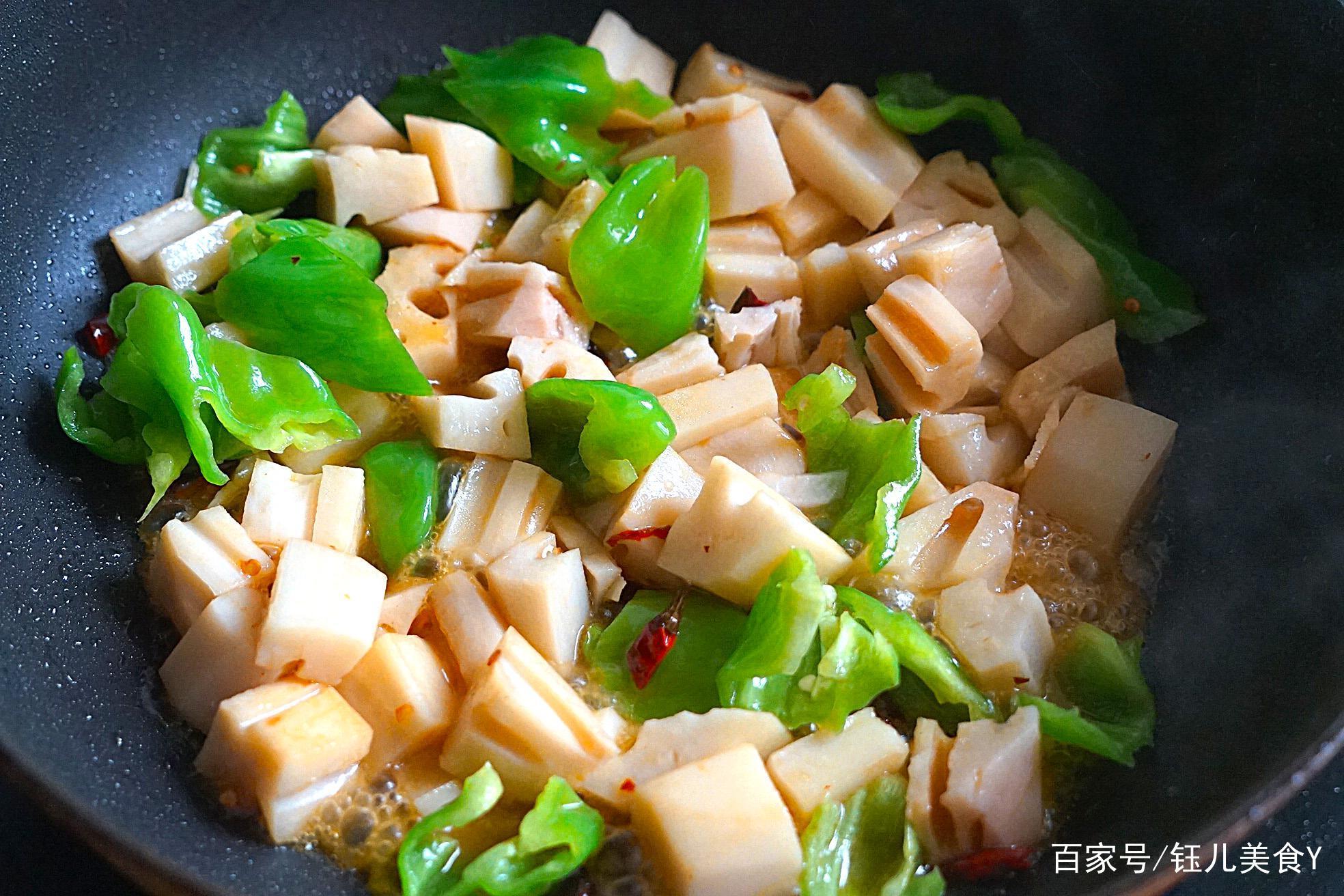 大厨教你这样炒藕,做法简单,爽脆又解馋还不油腻,过年吃正合适