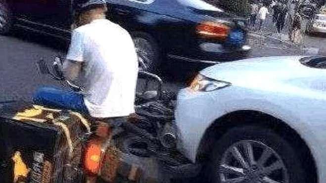 外卖小哥恶意挡道,奔驰车主一脚油门撞上去,网友:太冲动了!