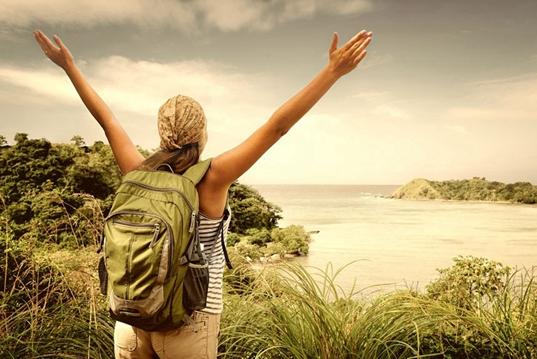 一般外出旅行,为什么老外更爱背一个包?有些时候挺方便