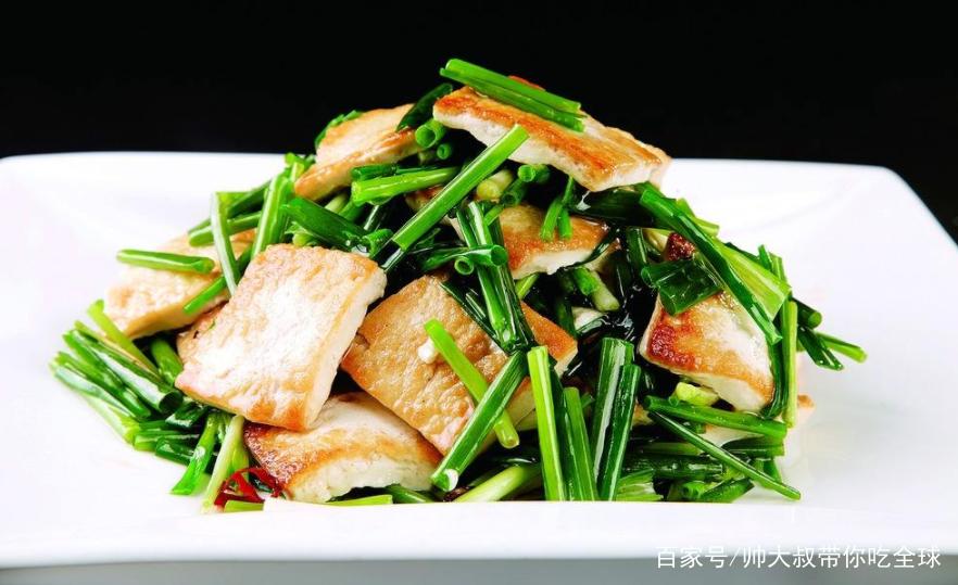 豆腐是这道菜的要点,记得选用老豆腐,香葱烧豆腐美味不油腻!