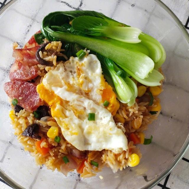 分分钟把你看饿的焖饭,电饭煲腊肠焖饭!超简单懒人做法!