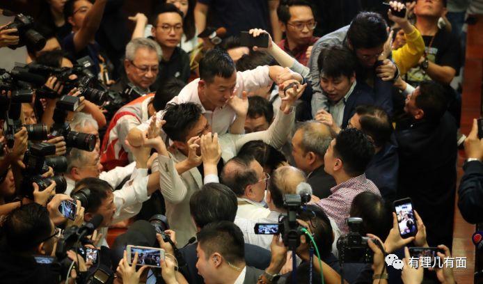 包庇暴徒!7名香港立法会反对派议员被捕,是劣迹斑斑的乱港