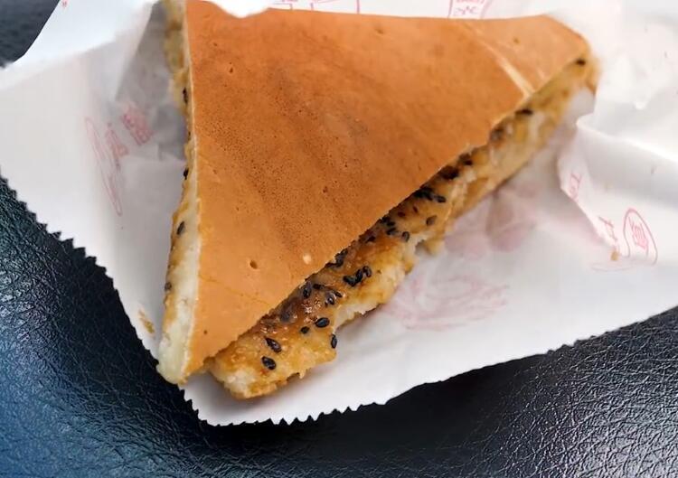 85后中年大汉做新式煎饼,甜味咸味全都有,食客:这是低配版披萨