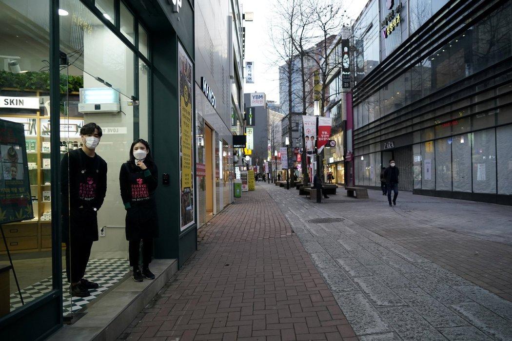 周五,东城路购物区,店员在等待客人到来。