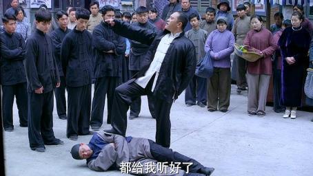 黑老大当街殴打农村人,不料军官大叔看见发怒,直接机枪扫死