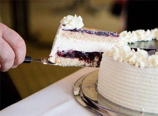 你总是把蛋糕切成扇形分着吃?其实这是在浪费,正确切法是这样的