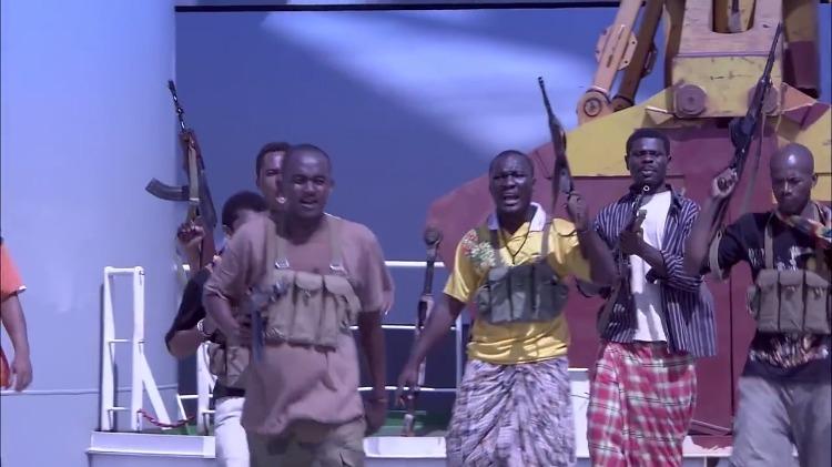 商船抛锚索马里,海盗以为有机可乘,不料这趟船是中国海军护航!