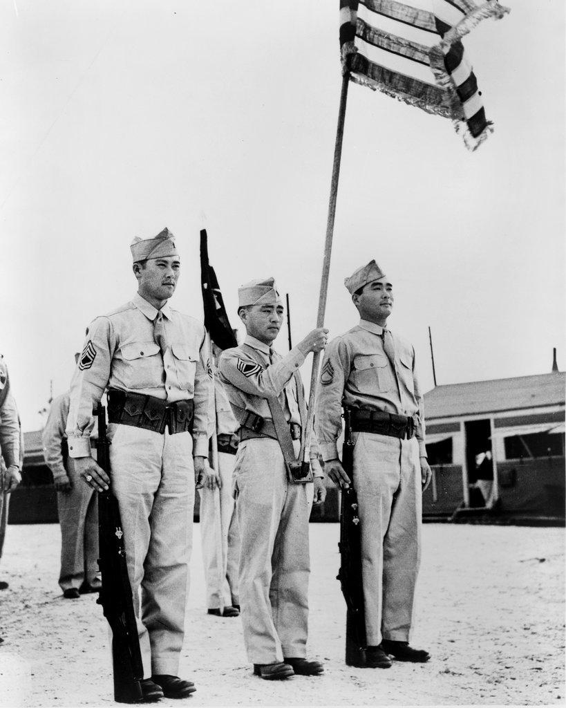 1944年,密西西比州谢尔比营,正冈家的兄弟俩站在旗手两侧。他们属于第二次世界大战中一个几乎是全日裔的美国部队。