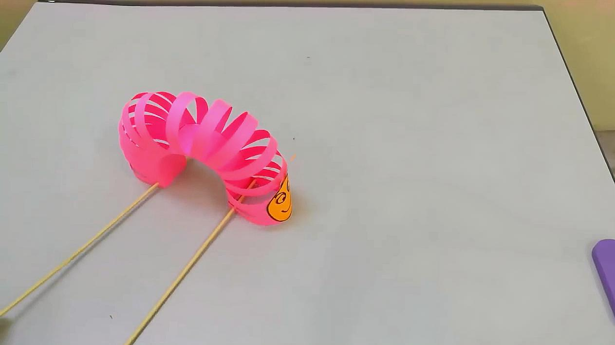 教你用彩紙做一個有趣的毛毛蟲玩具,剪紙教程!