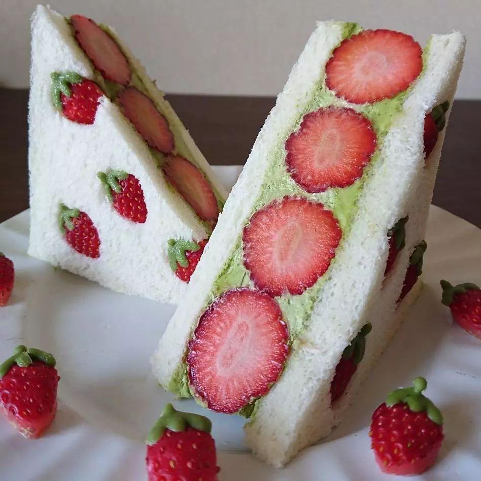 草莓霸占屏幕!这款超受追捧的网红奶油三明治,到底多少好吃?