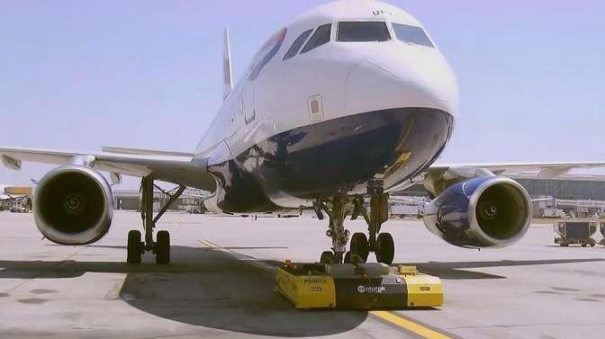 自己买机票开飞机!因机长迟到,一乘客等不及自己开走飞机!