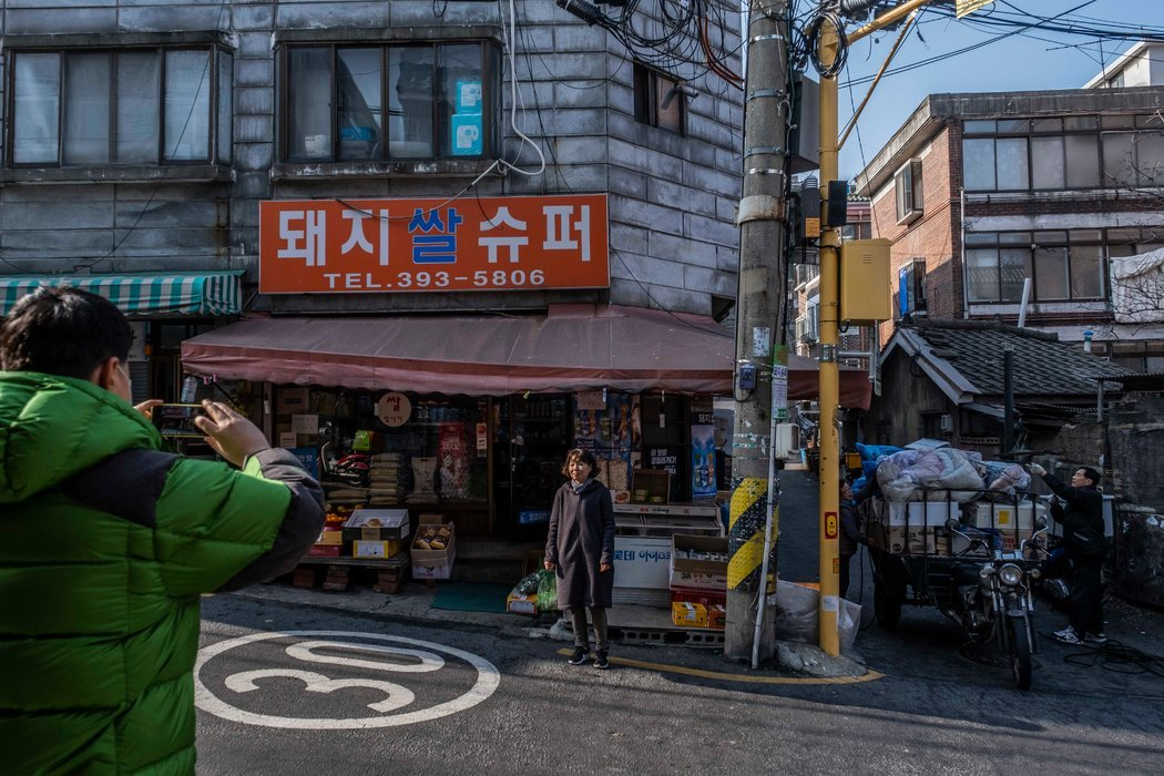 """在《寄生虫》中以另一个名字出现的食品店""""超级小猪"""" 位于首尔较为贫穷的社区之一。"""