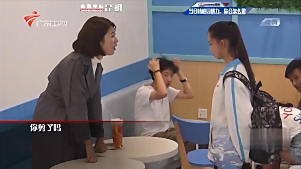 太过分!因为学生迟到,班主任当众侮辱并体罚,围观人都看不下去