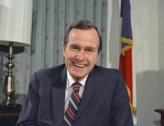老布什的彪悍人生:51岁是间谍头子,64岁当总统,活到了94-