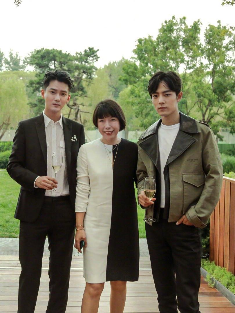 180cm王俊凯和183cm肖战,同样叠穿墨绿夹克,谁说个子高才好看?