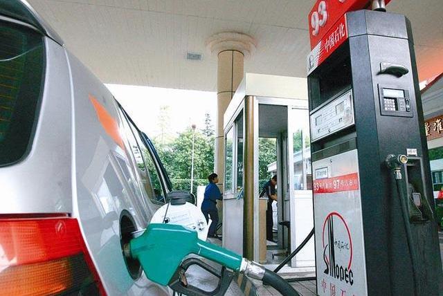 国际原油价格快腰斩,为什么国内油价只降几毛?原因都在这!