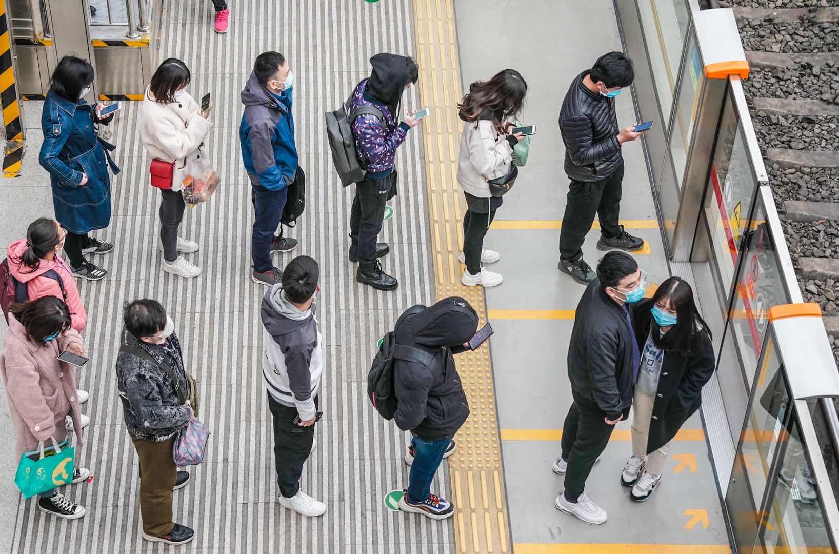 实拍今晨北京西二旗地铁站,人来人往中乘客自觉拉开间隔