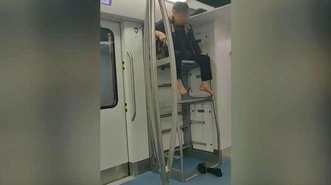 重庆一大妈在轻轨上脱掉鞋子爬上行李架 疑似把行李架当座位坐着