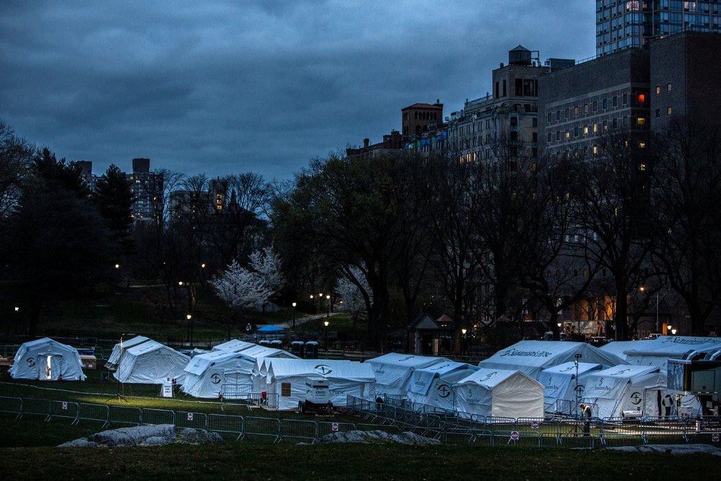 纽约西奈山医院外面的分诊帐篷。