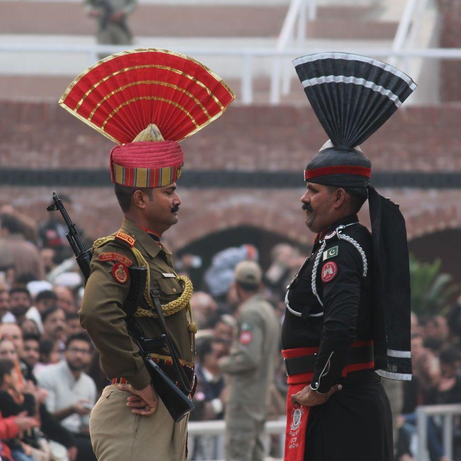 印巴边境降旗仪式:世界上最搞笑的降旗仪式,印度旅行必看