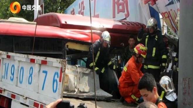 小货车超载发生事故,导致32人伤亡,现场触目惊心!