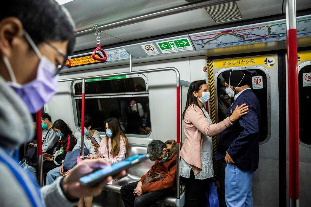 """周二的香港地铁。""""所有感染后康复的人都应该有有益的抗体,""""香港的一位专家说。"""