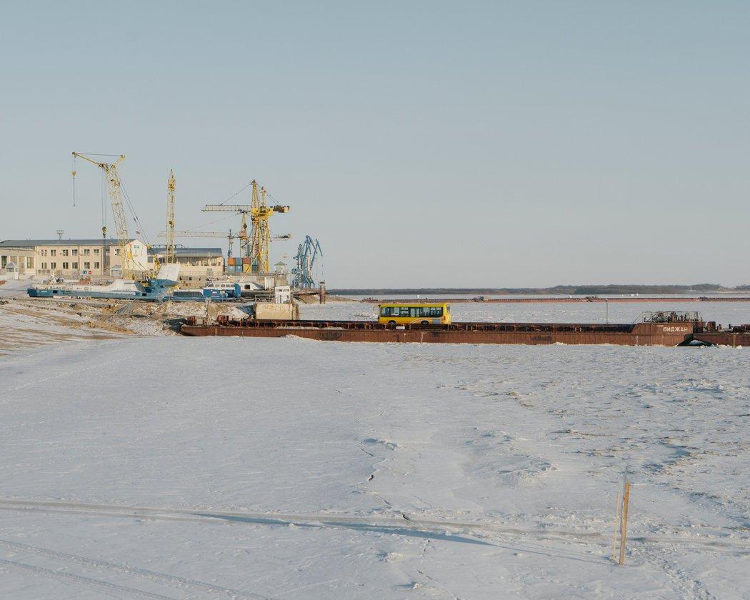 一座横跨冰冻的阿穆尔河的临时桥梁将布拉戈维申斯克与中国黑河连接起来。