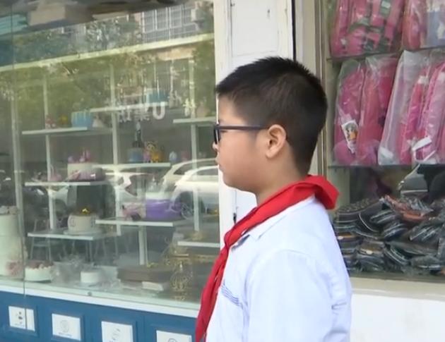 男孩近视300度,眼镜店给配500度眼镜?家长怒曝光:赔10年矫正费