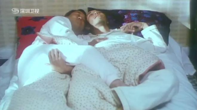 两个大男人挤在一张床上睡,梦中互相把对方当成了自己的女朋友