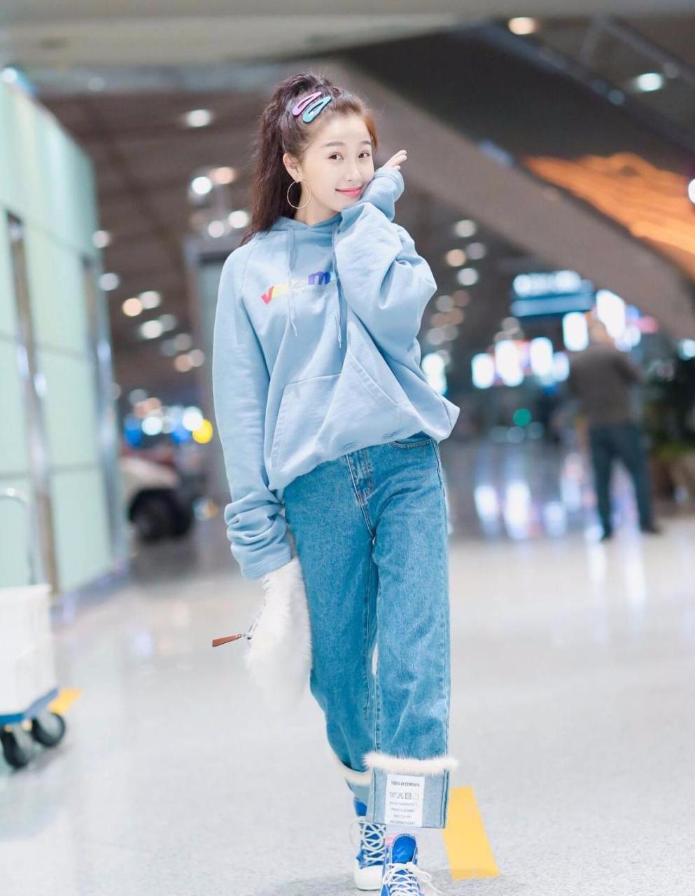 虞书欣穿卫衣牛仔裤现身,粉蓝发卡抢镜,网友:真是彩虹妹妹!