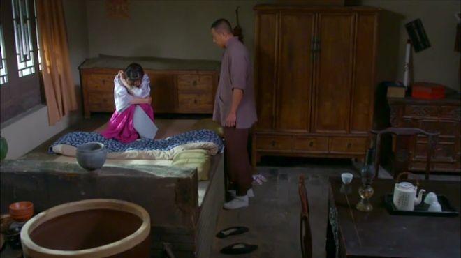 男女二人共处一室,女子坐在床上哭诉,竟是因为这件事?