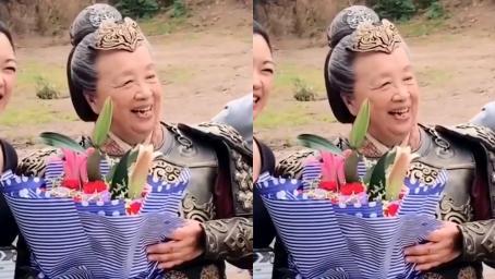 83岁李明启再演古装剧,捧花合影面露微笑,头发花白却精神矍铄