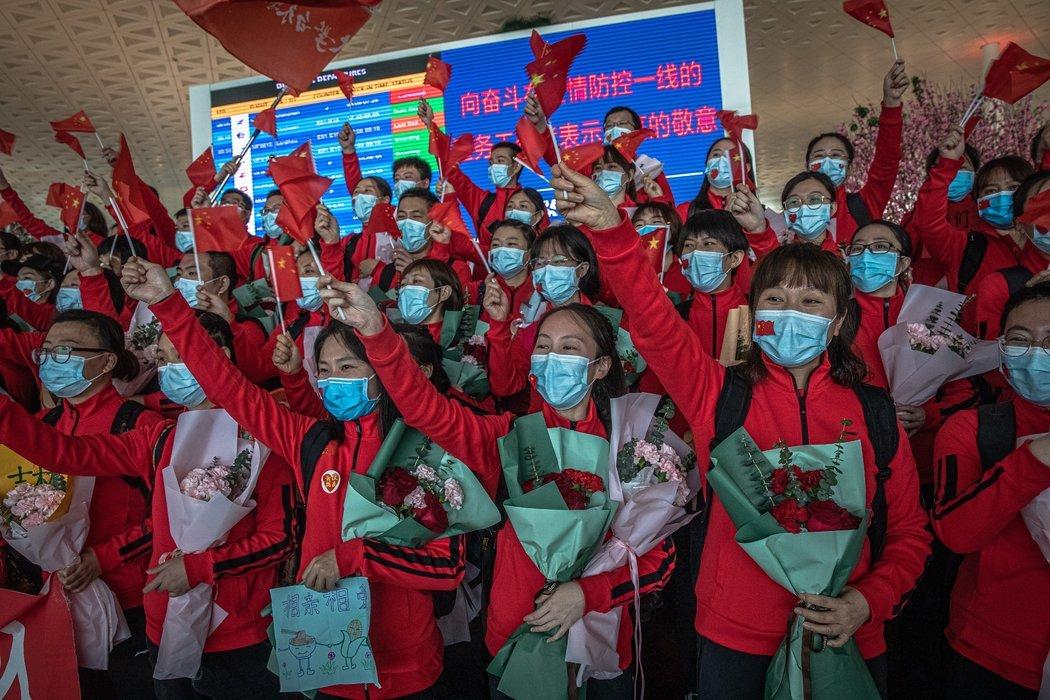 周三,中国东部一家医院的医务人员离开解除封城的武汉。