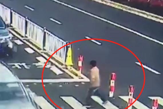 男子过马路突然伸手吓唬司机,看到结果之后,网友:实在太解气了