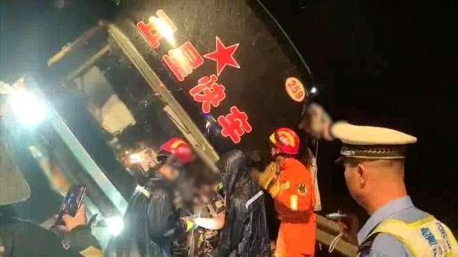 突发!广东一大巴车高速侧翻致7死11伤车辆超载3人