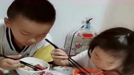 妹妹从哥哥碗里夹了一块肉,哥哥接下来的反应,妈妈都没想到