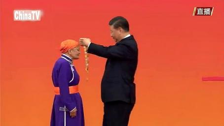 """习近平主席向都贵玛颁授""""国家荣誉称号奖章"""""""