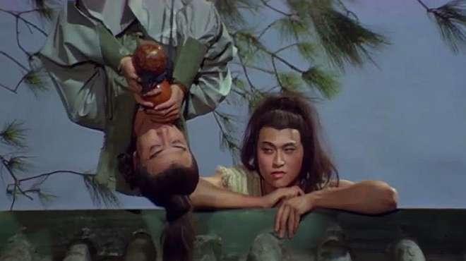 怪人倒挂在树上喝酒,小伙以为他是醉汉,怎料他竟是江湖第一剑客