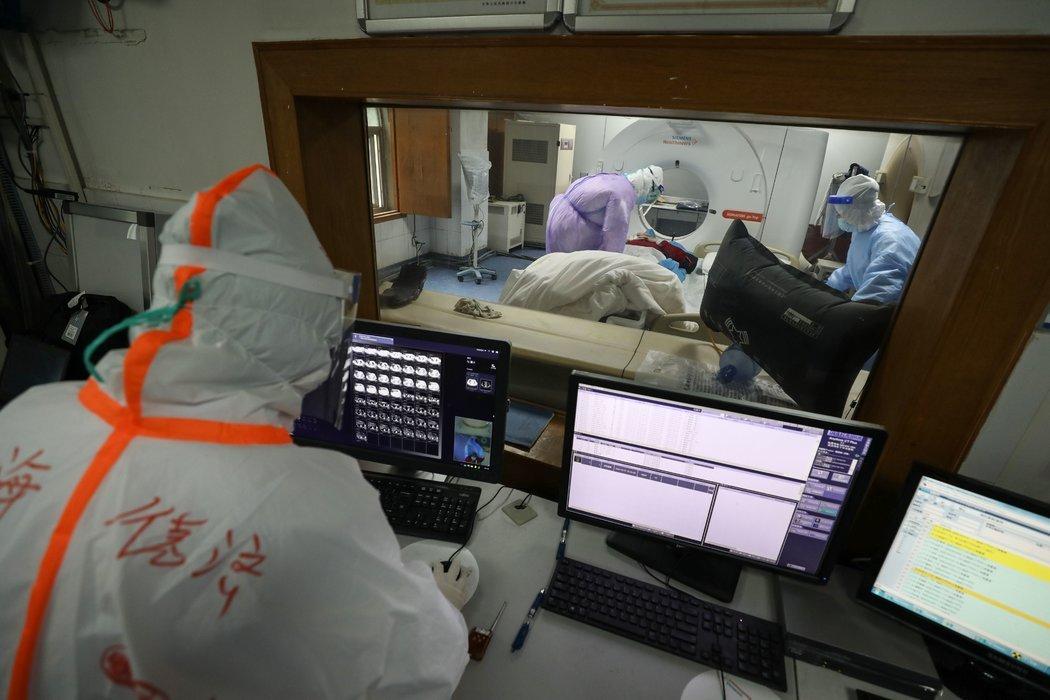 上个月,一名冠状病毒患者正在武汉红十字医院进行CT扫描。