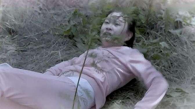 女孩路过玉米地回家,哪料却被恶书记糟蹋,哥哥气得拿刀去算账!