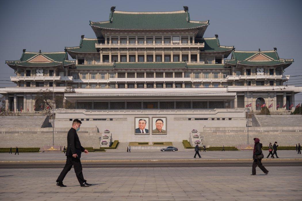 平壤,朝鲜已故领导人金日成和金正日的画像。